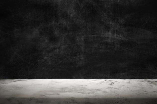 白い大理石の床の製品の背景と暗いセメントの壁