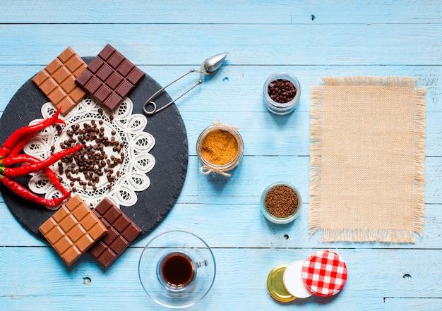 ダークチョコレートとミルクチョコレート、赤唐辛子、テキスト用の空きスペース