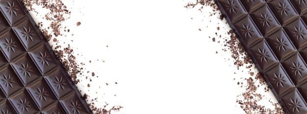 コピースペースで白い表面に分離された削りくずの上面図とダークチョコレートバー