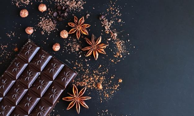 스파이스 평면도가있는 다크 초콜릿 바, 핫 초콜릿, 케이크 또는 사탕을 만들기위한 재료