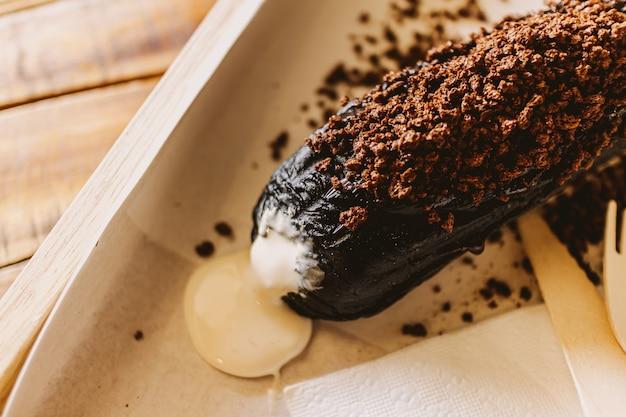 カフェで白いクリーミーなカスタードとダークチョコレートのパン