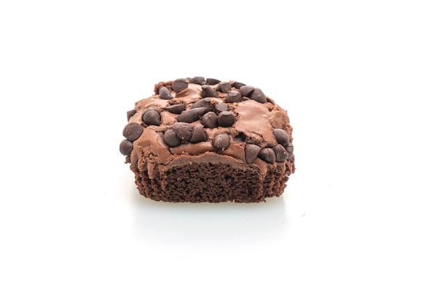 白いテーブルに分離されたチョコレートチップをトッピングしたダークチョコレートブラウニー