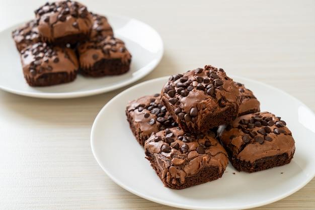 上にチョコレートチップが入ったダークチョコレートブラウニー