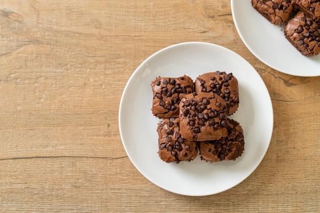 Брауни из темного шоколада с шоколадной стружкой сверху