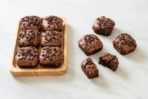 Пирожные из темного шоколада с шоколадной стружкой сверху