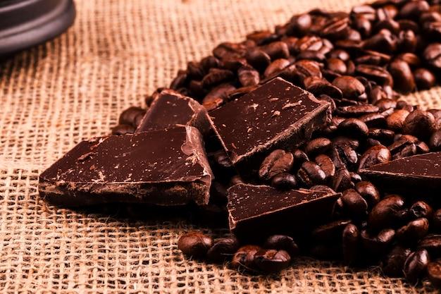 Темный шоколад лежит на кофейных зернах