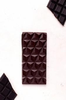 흰색 바탕에 다크 초콜릿입니다. 위에서 보기