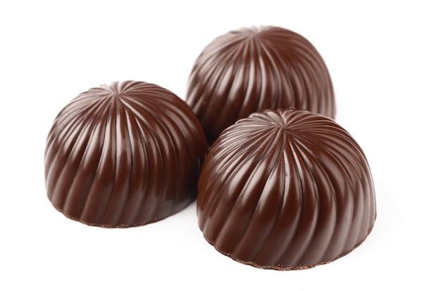 白い背景の上のダークチョコレート