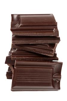 Темный шоколад на белом фоне