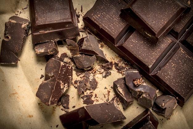 Темный шоколад на старой бумаге. вид сверху