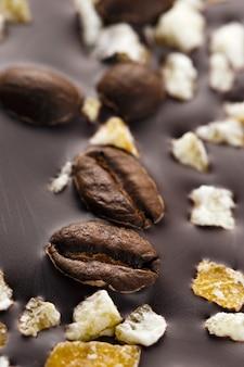 커피 곡물과 과일과 함께 다크 초콜릿. 세계 초콜릿의 날 준비, 클로즈업 촬영