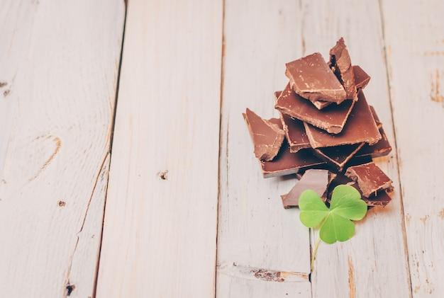 糖尿病患者やアレルギー患者向けの砂糖とグルテンを含まないダークチョコレート