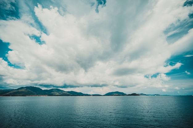 島と空に暗い雲