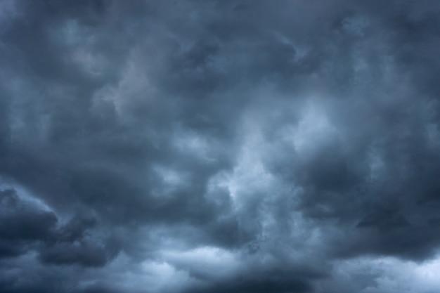 Темная облачная буря летом до наступления торнадо и плохой погоды