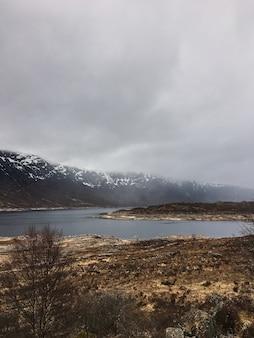 스코틀랜드-영국에서 스카이 섬에 quiraing에 어두운 구름과 아름다운 색상