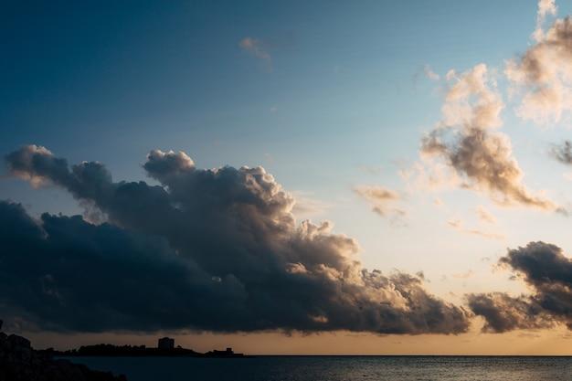 モンテネグロのアルザ要塞近くの海の上空に暗い雲が進んでいます