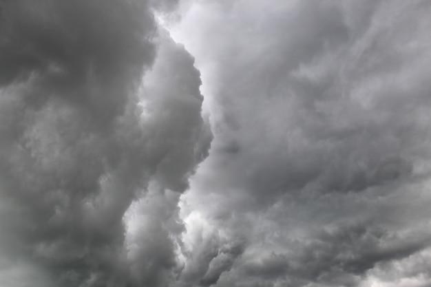 Темные тучи перед дождем покрыли все небо