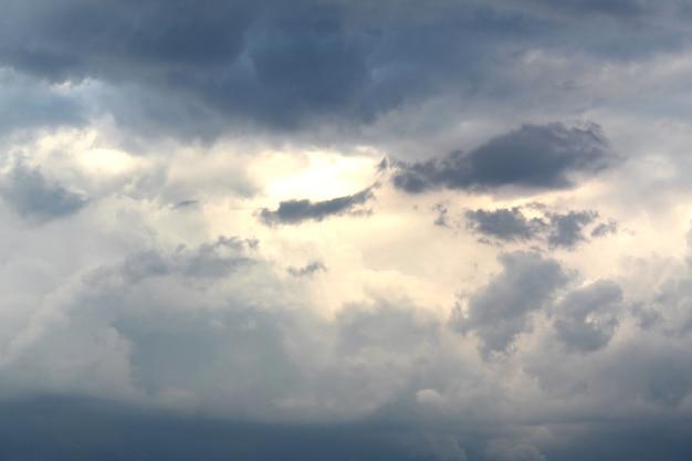 Темные тучи перед дождем покрыли все небо маленькие солнечные лучи пытаются просочиться сквозь тучи