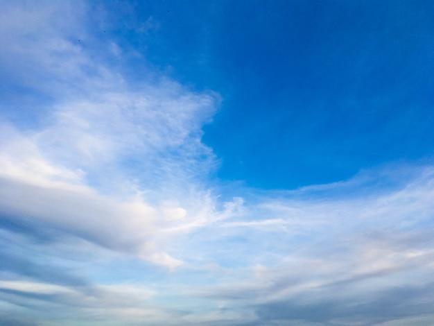 Темные облака в голубом небе крупным планом 1