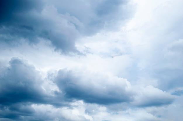 Темные облака в небе. небо после дождя