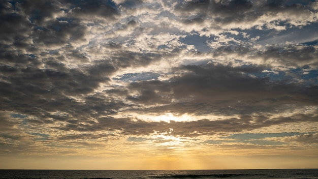 태국 푸켓에서 햇빛을 숨기고 있는 바다 위에 어두운 구름.