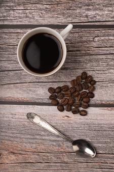 テーブルの上の濃いコーヒーと穀物