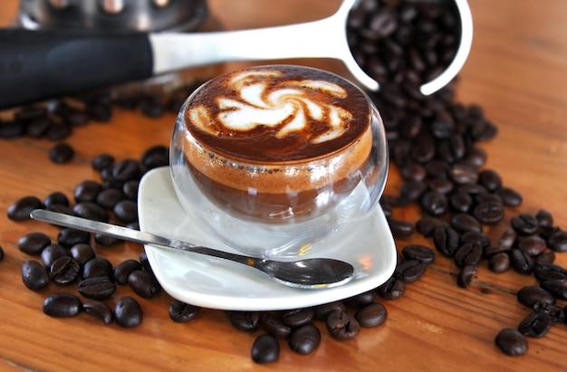Темный кофе, смешанный с молоком, набор с семенами кофейных орехов.