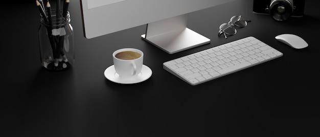 Темный компьютерный стол с кофейной чашкой, канцелярскими принадлежностями, фотоаппаратом, очками и копировальным пространством,