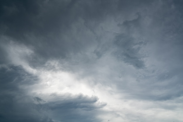 Темное драматическое небо и облака.