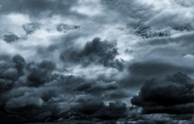 어두운 극적인 하늘과 구름.