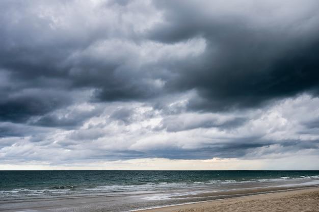Темное драматическое небо и грозовые облака над тропическим морем