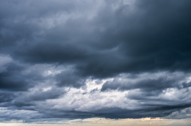 Темное драматическое небо и грозовые облака
