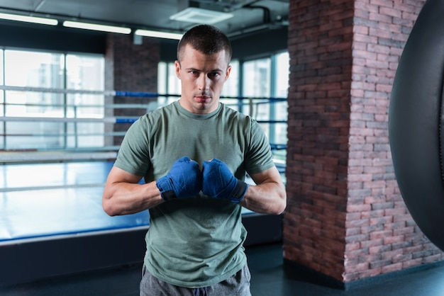 目の暗いアスリート。重要なボクシングの競争のために自分自身をやる気にさせる暗い目の強い熟練したアスリート
