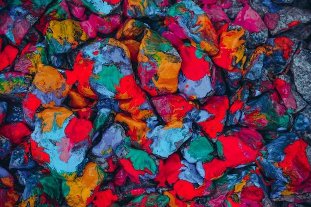 어두운 필터, 밝고 다채로운 반점으로 덮인 돌
