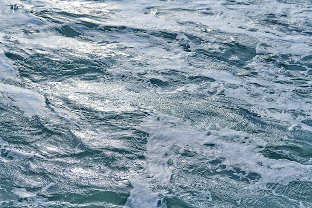 嵐の海、背景の暗い泡立つ波