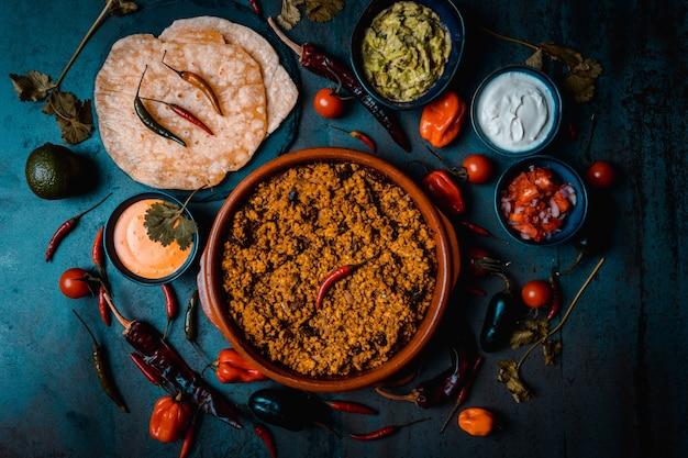 Темные пищевые буррито из свинины со сметаной из гукамоле пико де галло и сыром