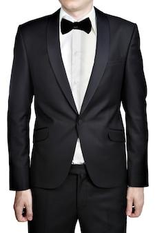 Темно-серое вечернее платье для мужчин; блейзер; белая рубашка; галстук-бабочка; изолированные на белом фоне.