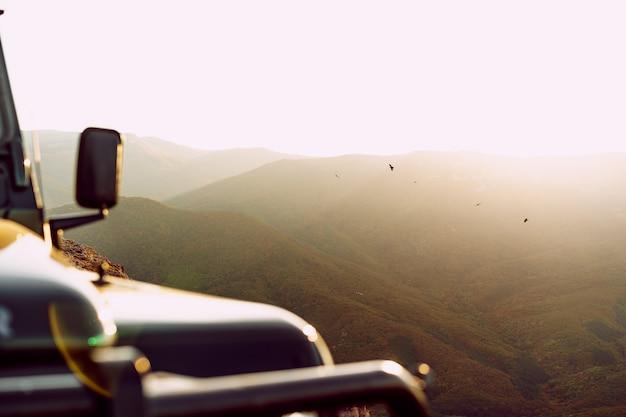 산에서 진한 녹색 오프로드 자동차
