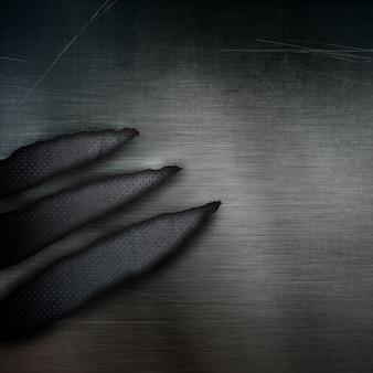 破れた部分と暗いグランジスタイルパンチングメタルの背景