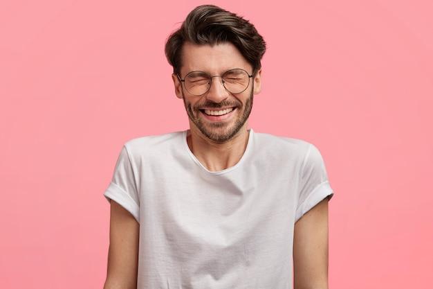 丸いメガネの黒髪の男