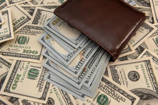 経済的背景としてのダークレザーメンズウォレットフルドル紙幣、節約コンセプト