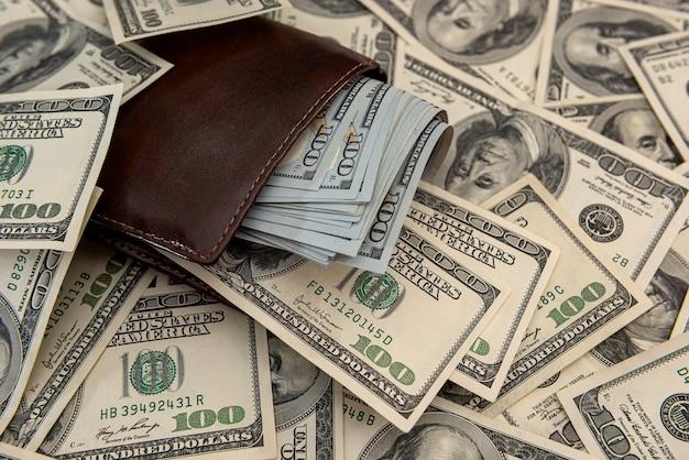 어두운 가죽 남성용 지갑 전체 달러 지폐