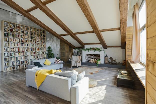 Интерьер большого уютного загородного дома в стиле темный лофт. квартира открытой планировки с кухонной зоной, зоной отдыха и спальной зоной. огромные окна и деревянная отделка
