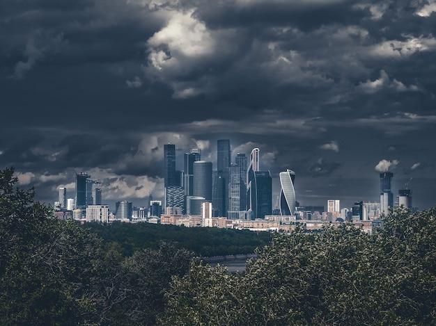 モスクワ国際ビジネスセンターの暗い神秘的なビュー。市内のビジネス地区。