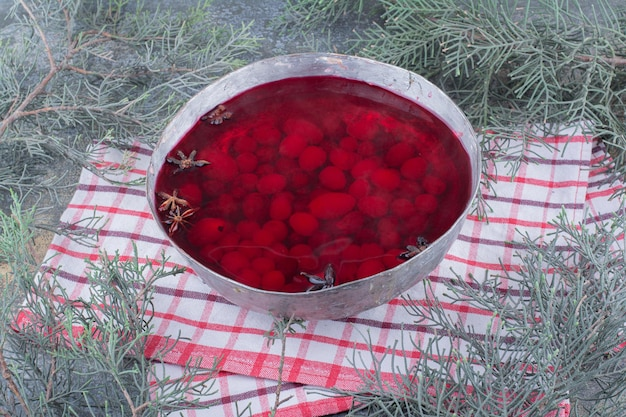 Una padella scura di succo rosso su sfondo marmo. foto di alta qualità