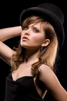 검은 드레스와 모자에 여자의 어두운 그림