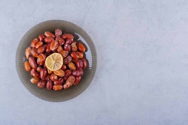 石のテーブルの上のおいしい熟したシルバーベリーのダークプレート。