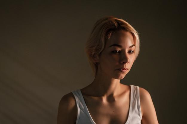 悲しい気分、孤独とうつ病の概念の若い女性の暗い人物像