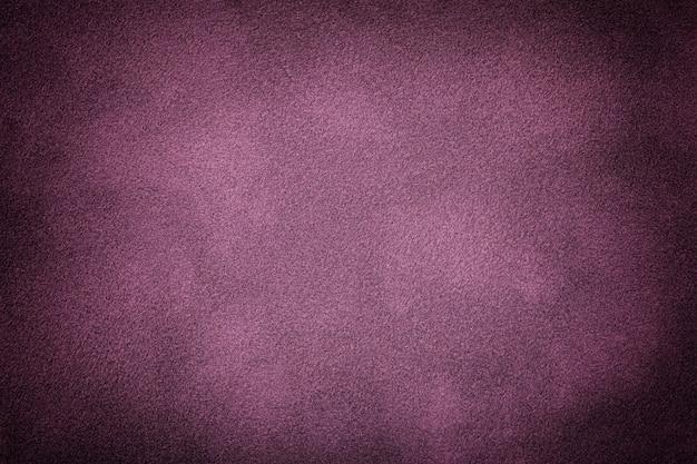 ビネット、クローズアップとスエード生地の濃い紫のマットな背景。グラデーション、マクロとシームレスライラックテキスタイルのベルベットの質感。紫のフェルトキャンバスの背景の構造。