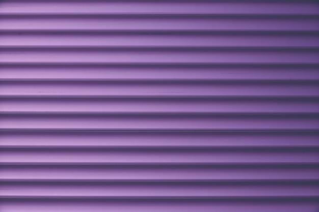 Темно-фиолетовый сайдинг, металлический полосатый фон